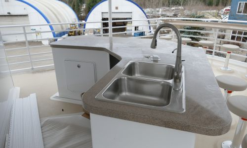 Houseboat Manufacturer uses Honeycomb Panels